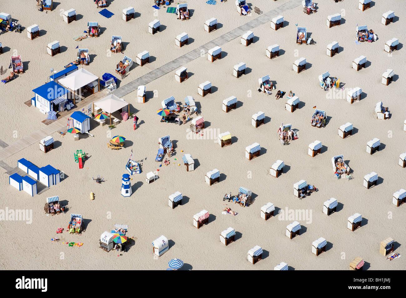 Angolo di alta vista al mare sulla spiaggia con sedie sotto la luce diretta del sole, Travemuende, Schleswig Holstein, Immagini Stock