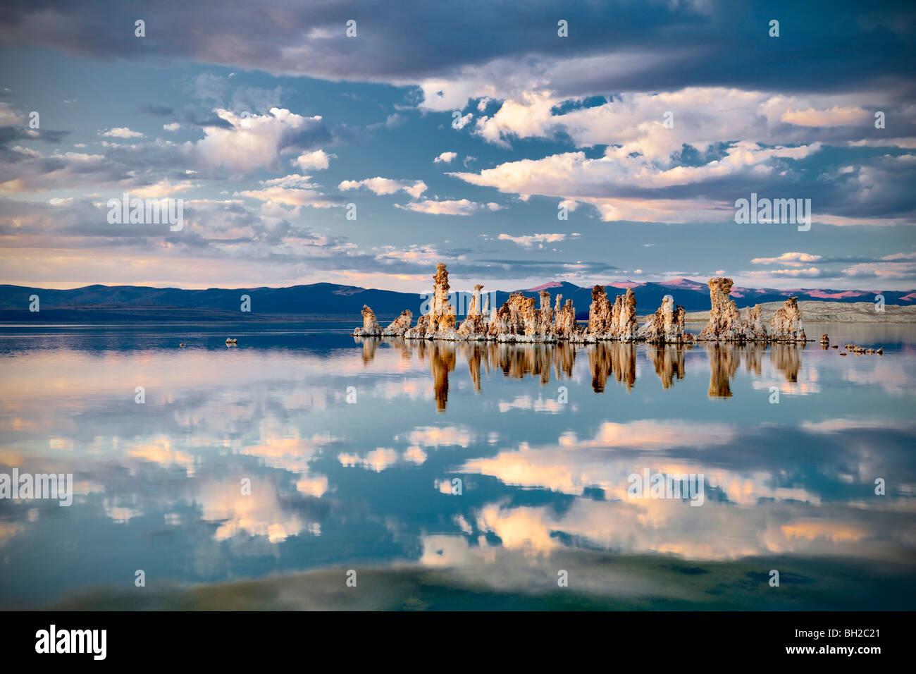 Il tufo e il cloud riflessioni nel lago Mono, California Immagini Stock