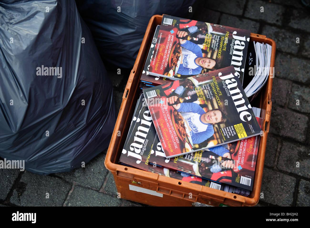 Copie invendute di Jamie TV celebrity chef Jamie Oliver's cookery magazine, in una cassa, in attesa di tornare Immagini Stock