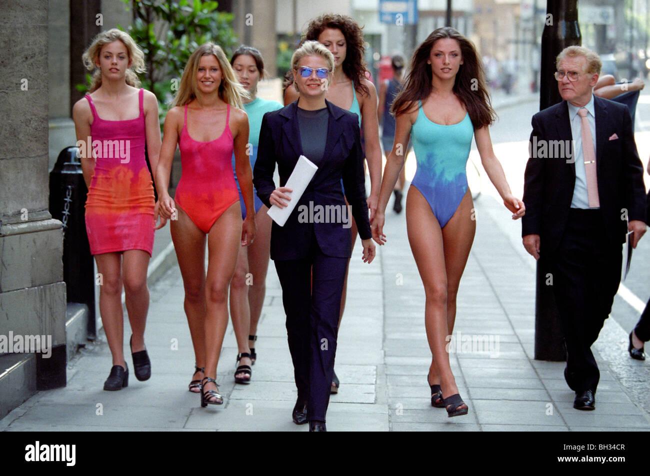 Designer di moda Liza Bruce proteste con modelli di azionisti al di fuori della Marks & Spencer AGM su una controversia di copyright. Foto Stock