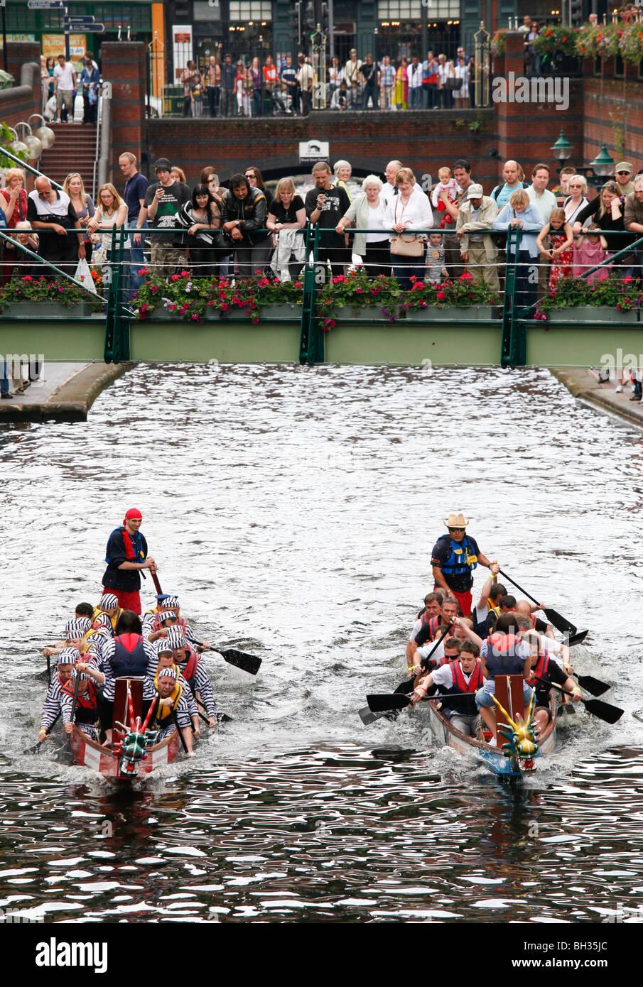 Dragon Boat racing sul canal a Brindleyplace, Birmingham. Immagini Stock
