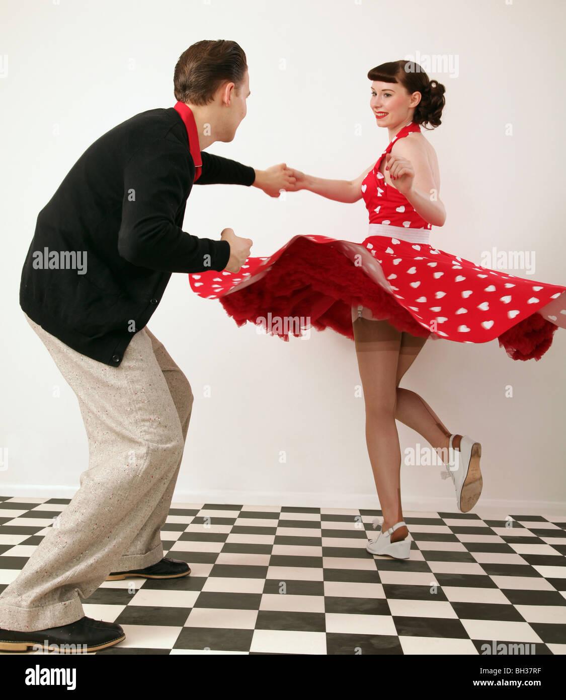 Un ragazzo e una ragazza negli anni cinquanta abiti danza Immagini Stock