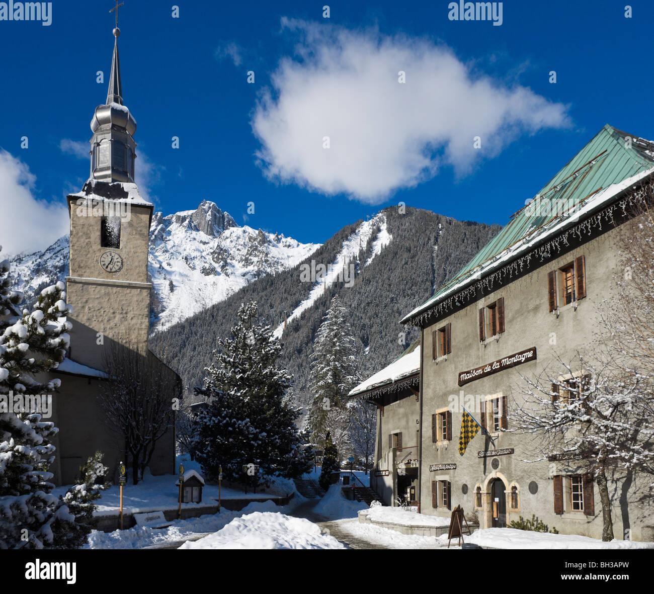 Chiesa & Maison de la Montagne vicino al centro della città con le Brevent ski area dietro, Chamonix Mont Immagini Stock