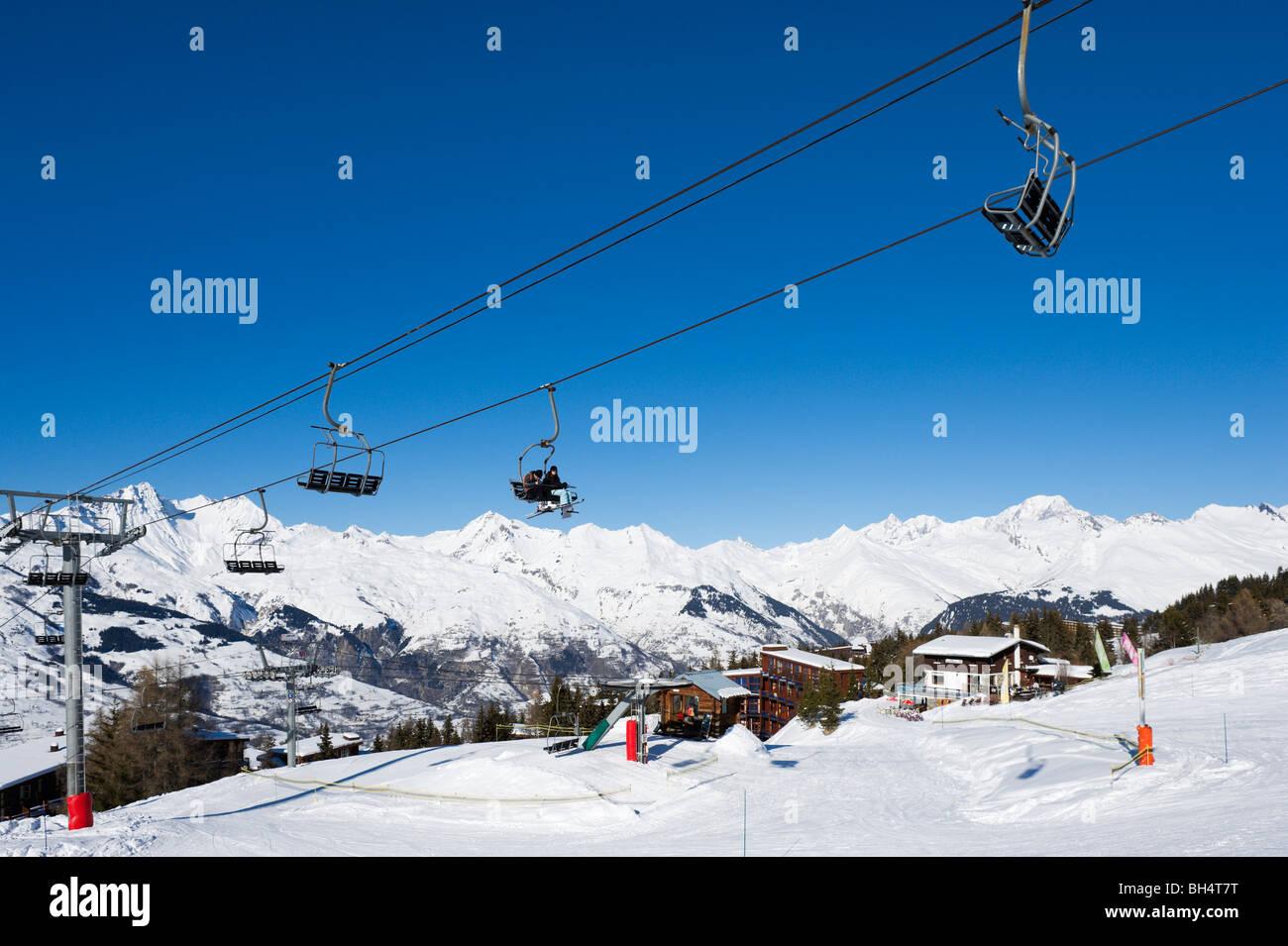 Il Charmettoger seggiovia vicino al centro del resort, Arc 1800, Les Arcs,,Tarentaise, Savoie, Francia Immagini Stock
