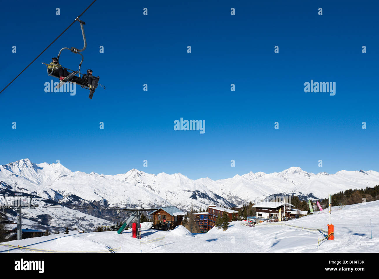 Il Charmettoger seggiovia vicino al centro del resort, Arc 1800, Les Arcs, Tarentaise, Savoie, Francia Immagini Stock