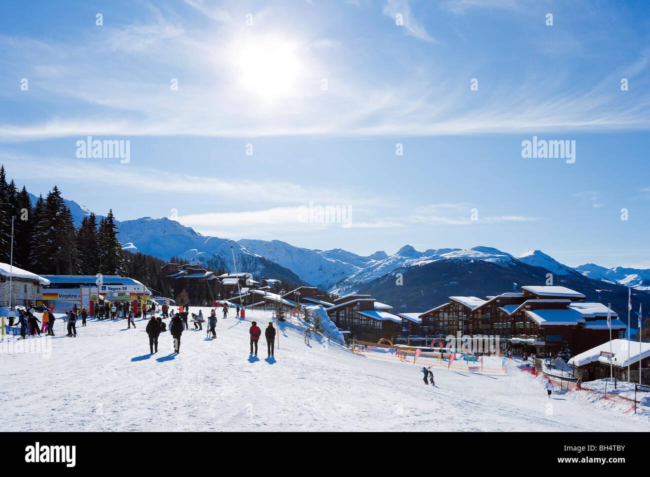 Fondo di piste nel centro del resort, Arc 1800, Les Arcs, Tarentaise, Savoie, Francia Immagini Stock