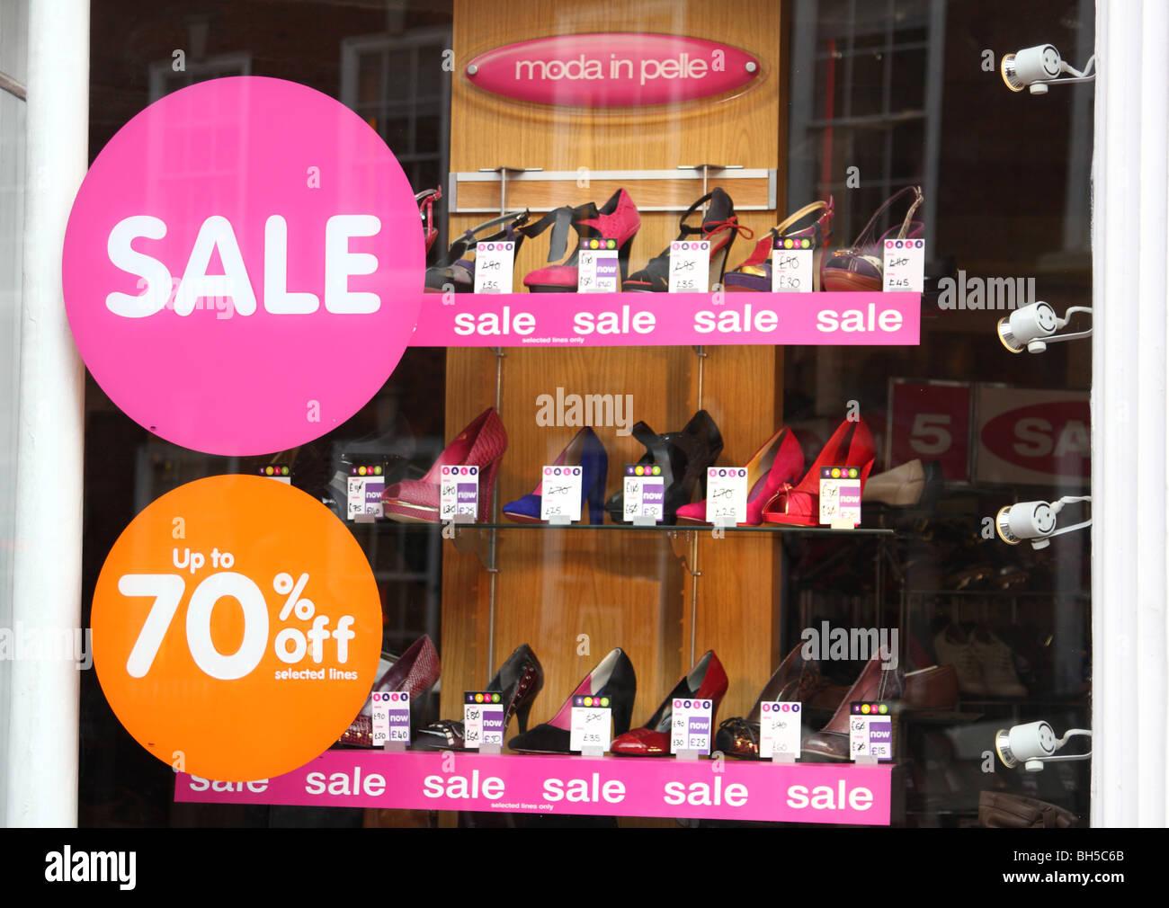Una finestra di visualizzazione a una Moda in Pelle negozio in una città del Regno Unito. Immagini Stock