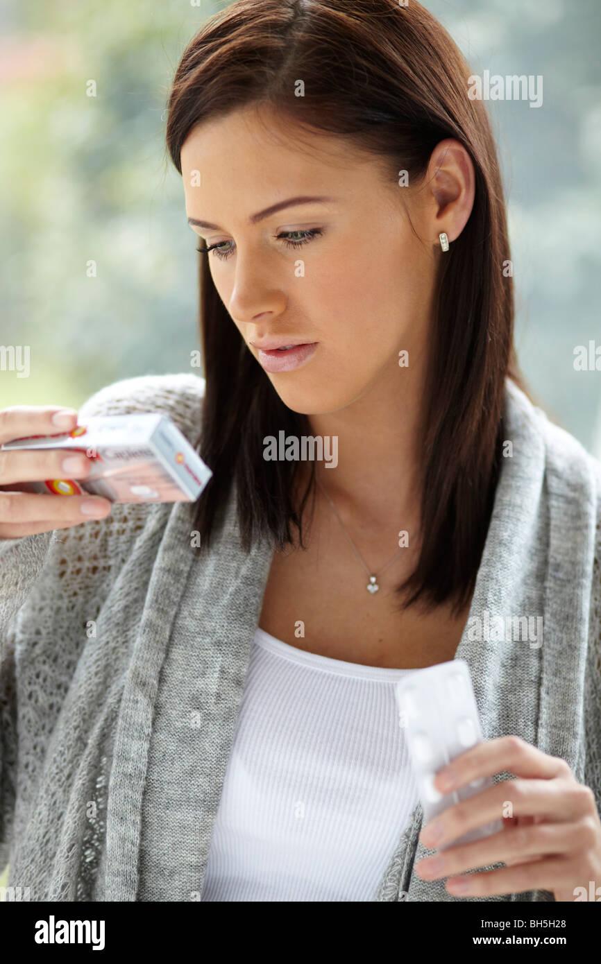 Donna con il mal di testa di compresse Immagini Stock