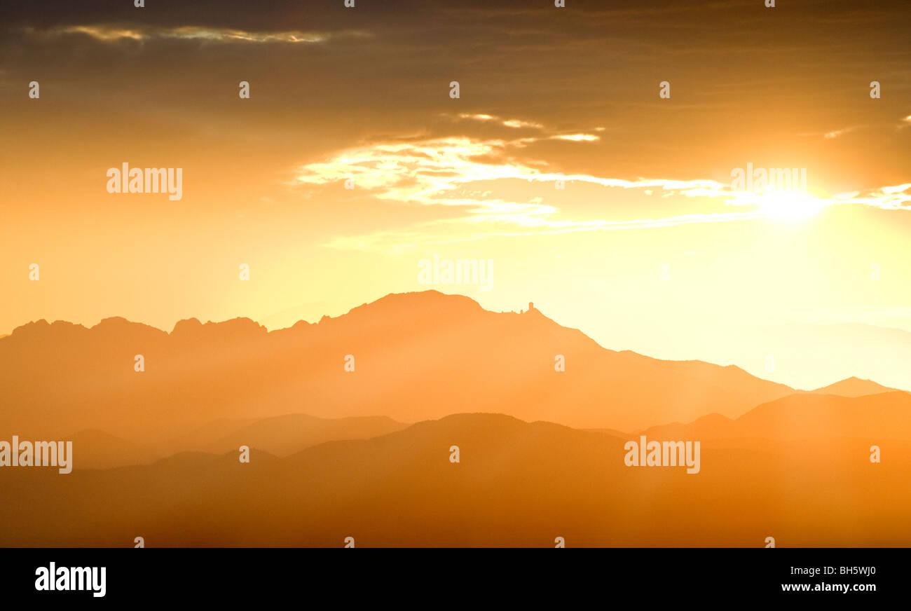 Montagne a sud-ovest di Tucson compresi Kitt Peak e l'Osservatorio Kitt Peak al tramonto. Immagini Stock