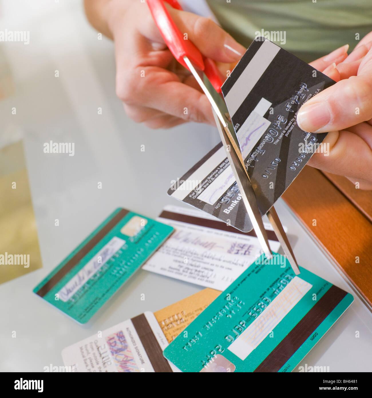 Donna taglio di carte di credito Immagini Stock