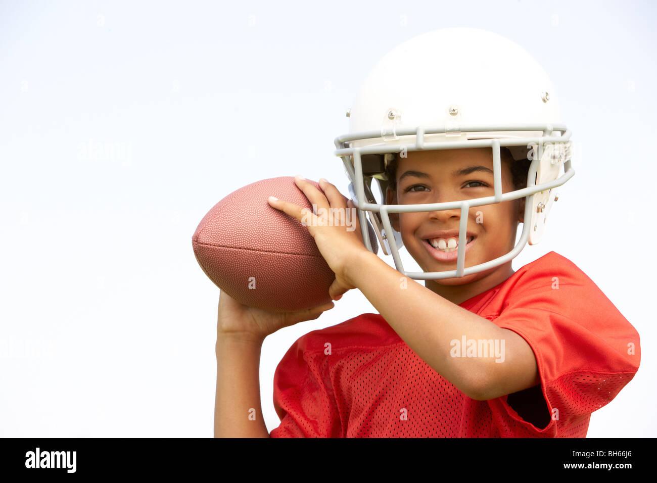 Giovane ragazzo giocando il football americano Immagini Stock
