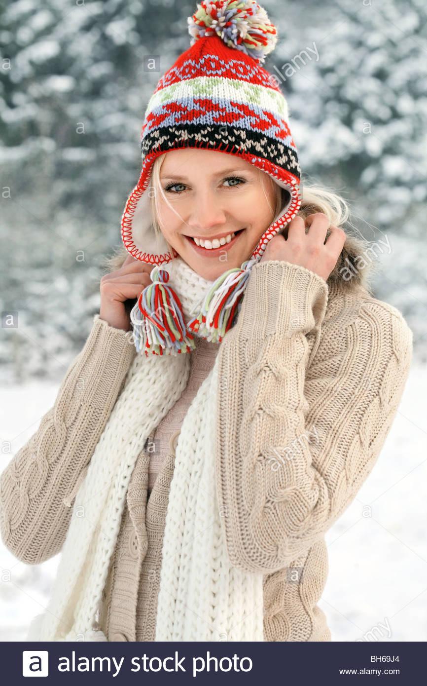 Ritratto di giovane donna nel paesaggio invernale Immagini Stock