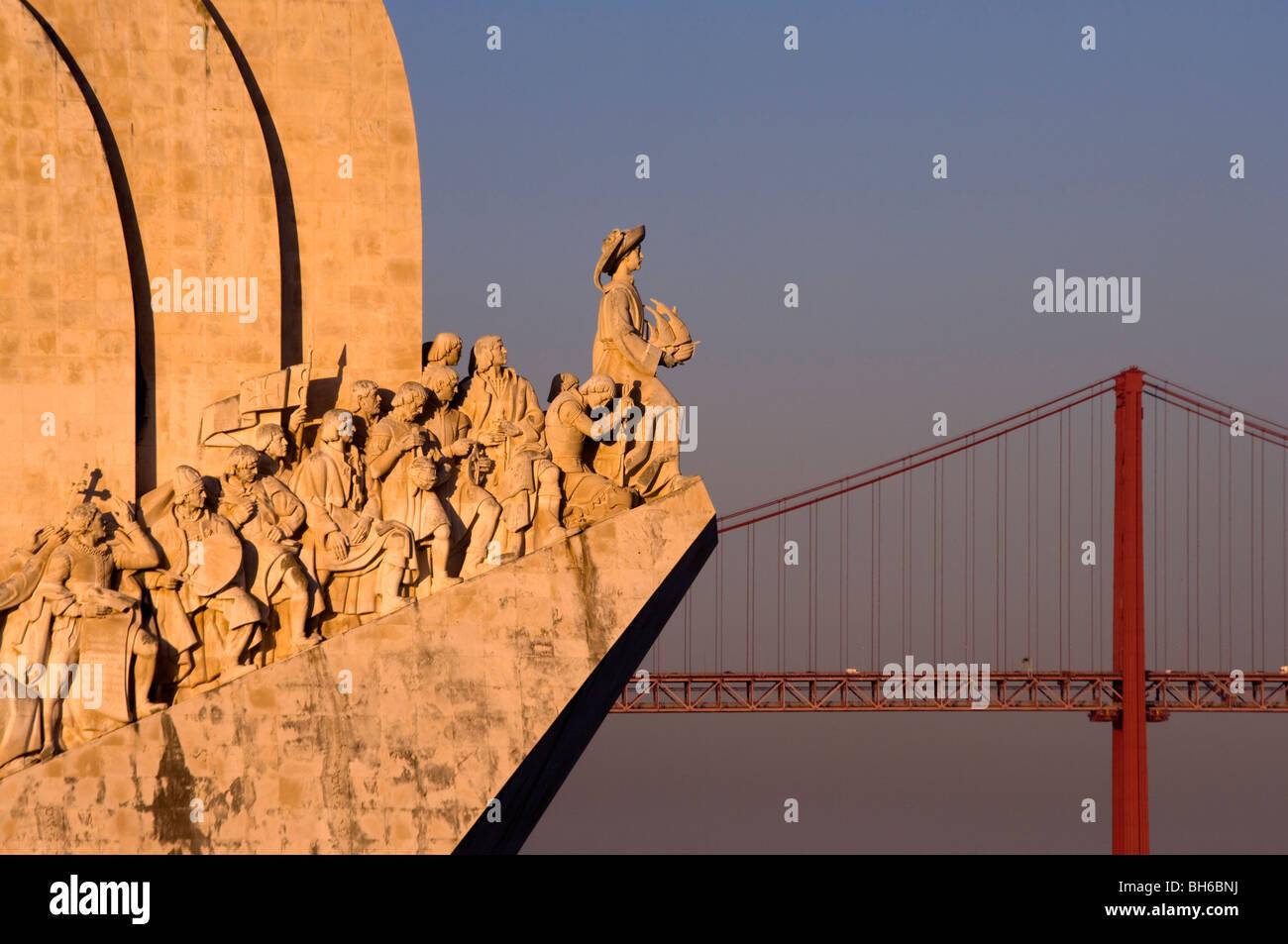 Il Monumento delle Scoperte e ponte di sospensione, Lisbona, Portogallo Immagini Stock