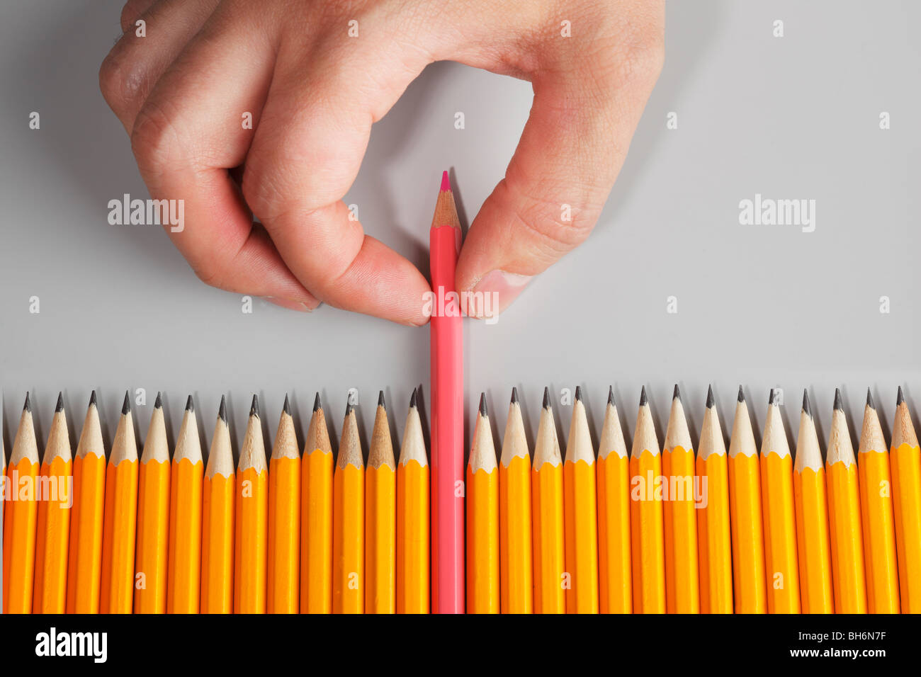 Scegliendo a mano una matita rosa Immagini Stock