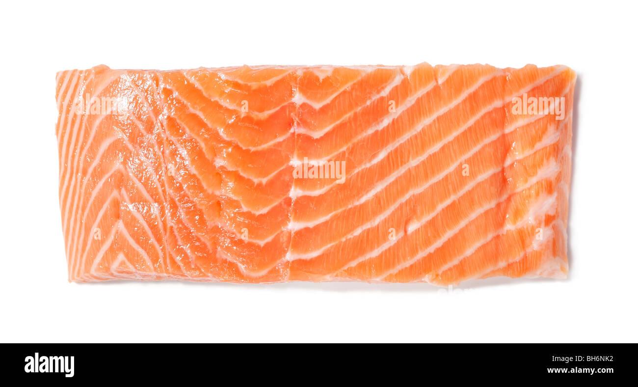 Un pezzo di materie di filetto di salmone rosso su bianco Immagini Stock