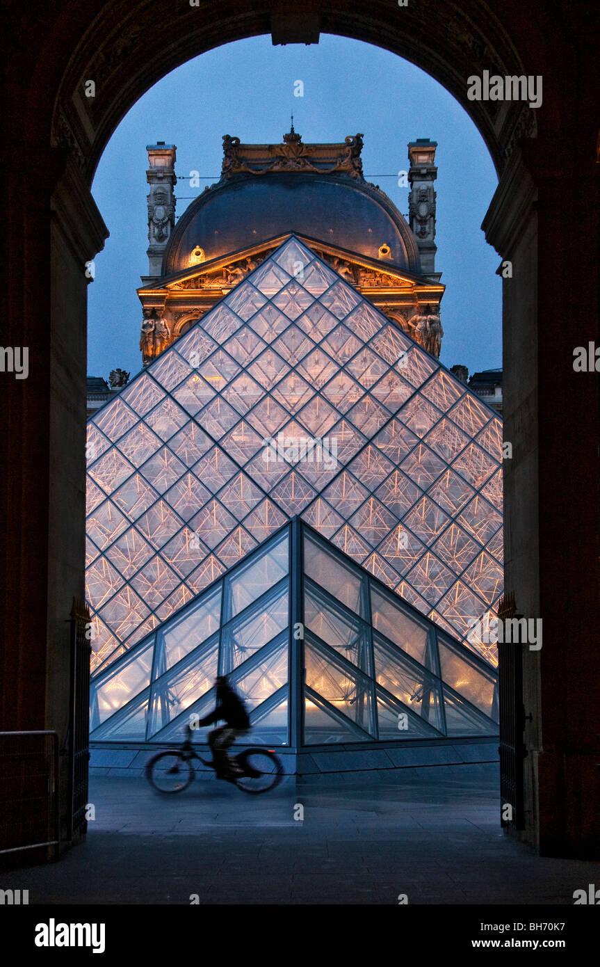 Pyramide du Louvre coppie Francia Immagini Stock