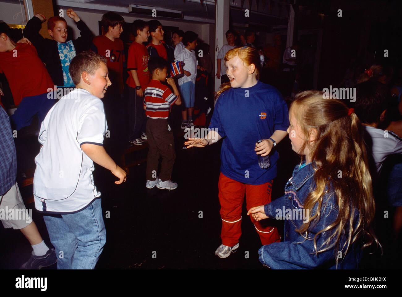 Ragazzi e ragazze che ballano a Queens Giubileo d oro Scuola Discoteca Immagini Stock