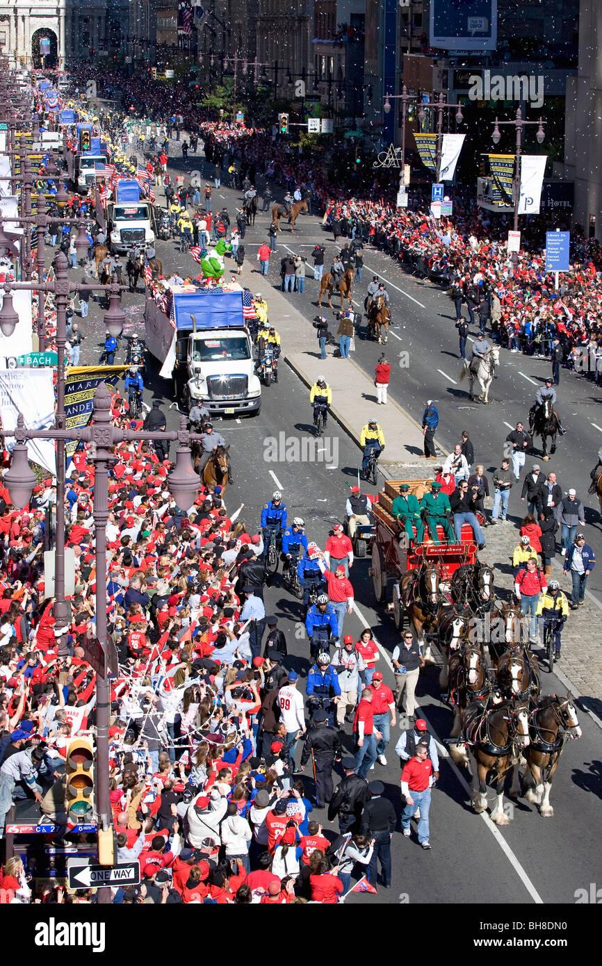 Budweiser cavallo carro appare con autobus pieni di Philadelphia Phillies, Sindaco Michael pazzo, a Phillies World Immagini Stock