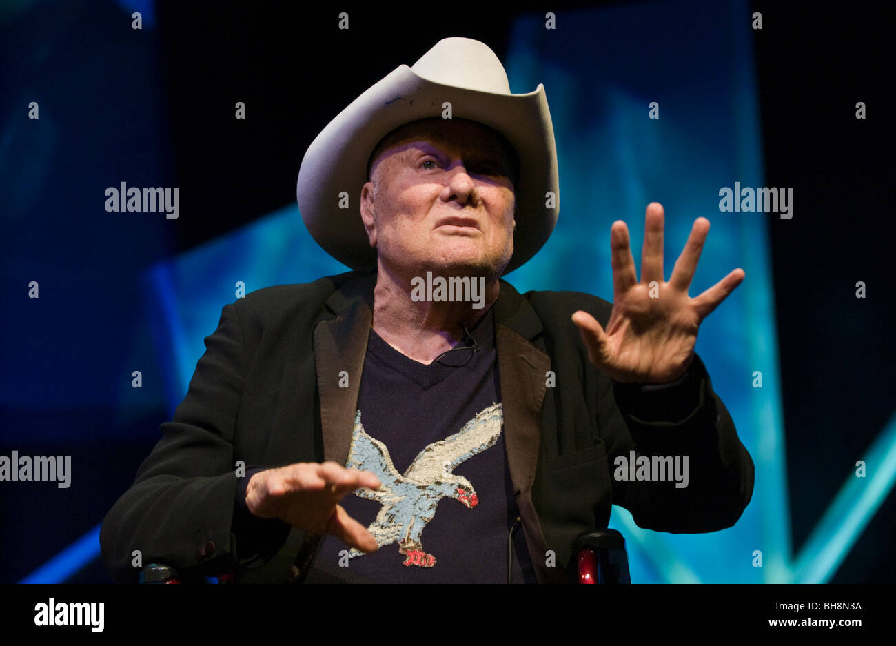 American Movie star attore Tony Curtis foto di parlare della sua vita sul palco a Hay Festival 2009. Foto Stock