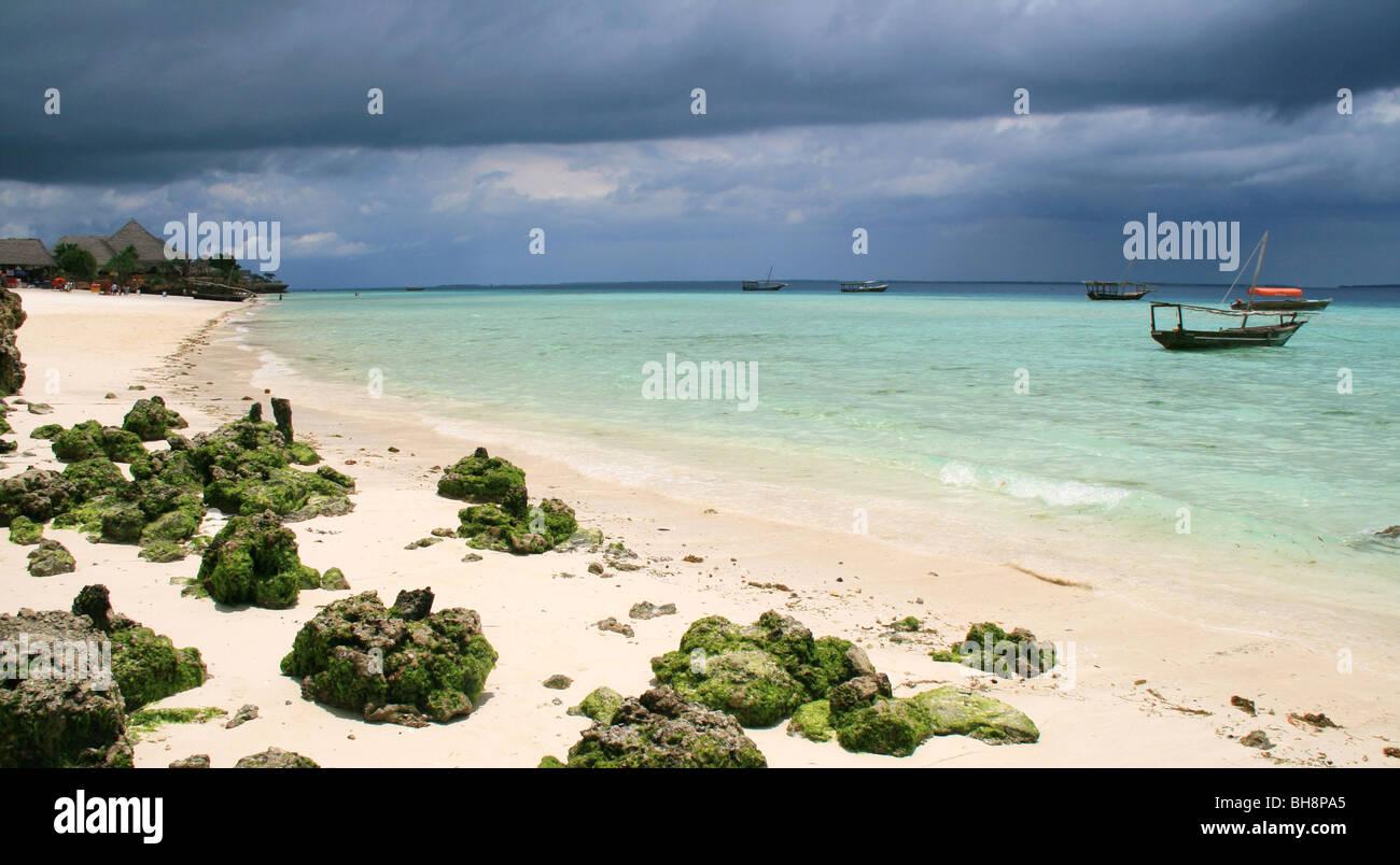 Una tempesta si sta preparando in off nungwi beach, Zanzibar ma il sole mette in evidenza il blu turquise acqua Immagini Stock