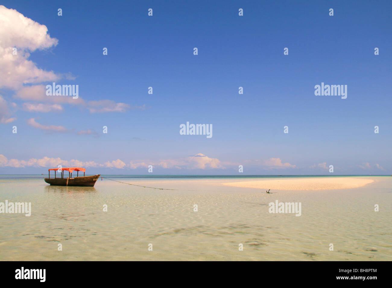 Isole nel mare, sabbia sputa a bassa marea in turquise, acque cristalline di zanzibar Immagini Stock