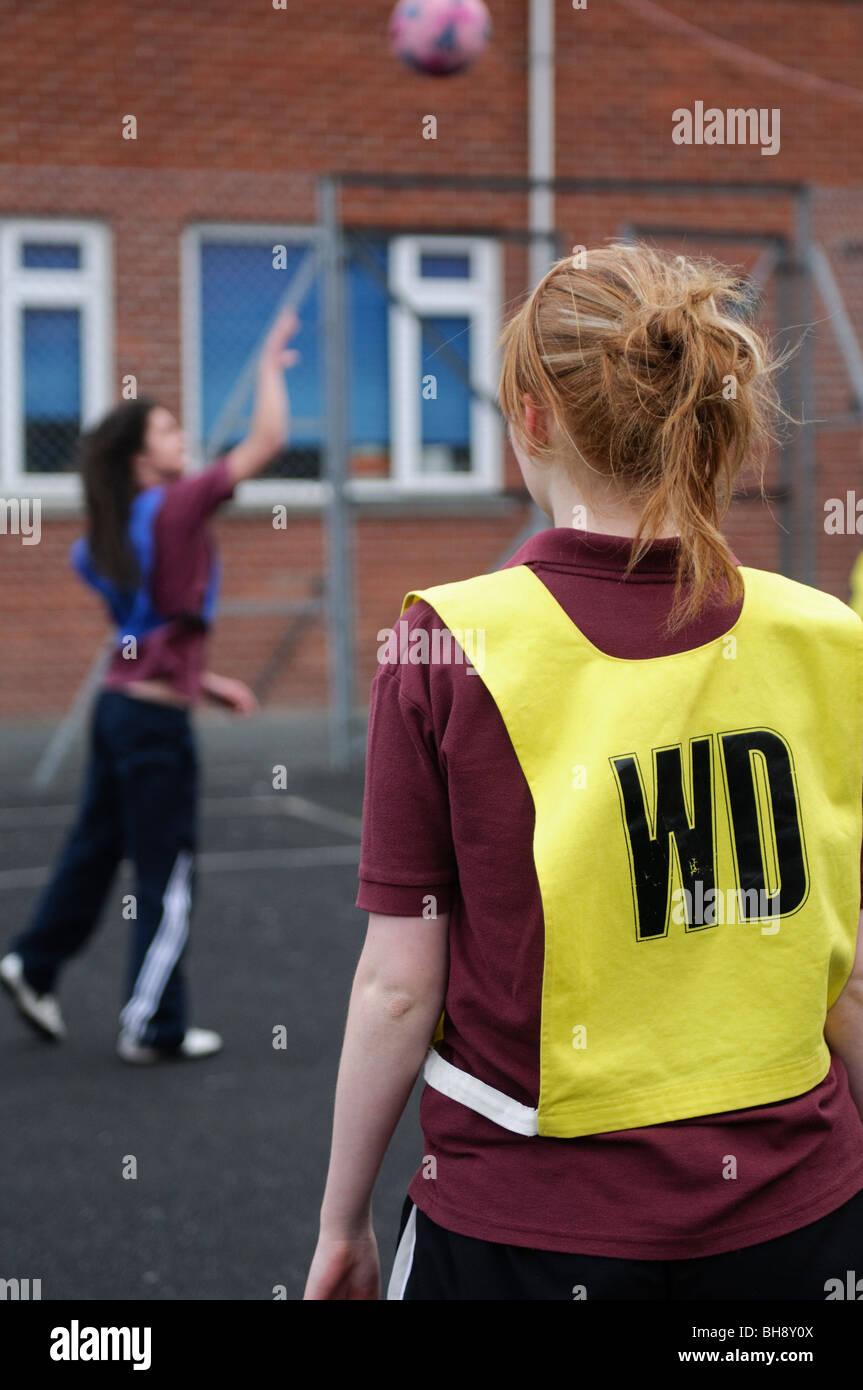 Le ragazze adolescenti la riproduzione di netball, educazione fisica, PE, sport e giochi lezione, scuola secondaria, Immagini Stock