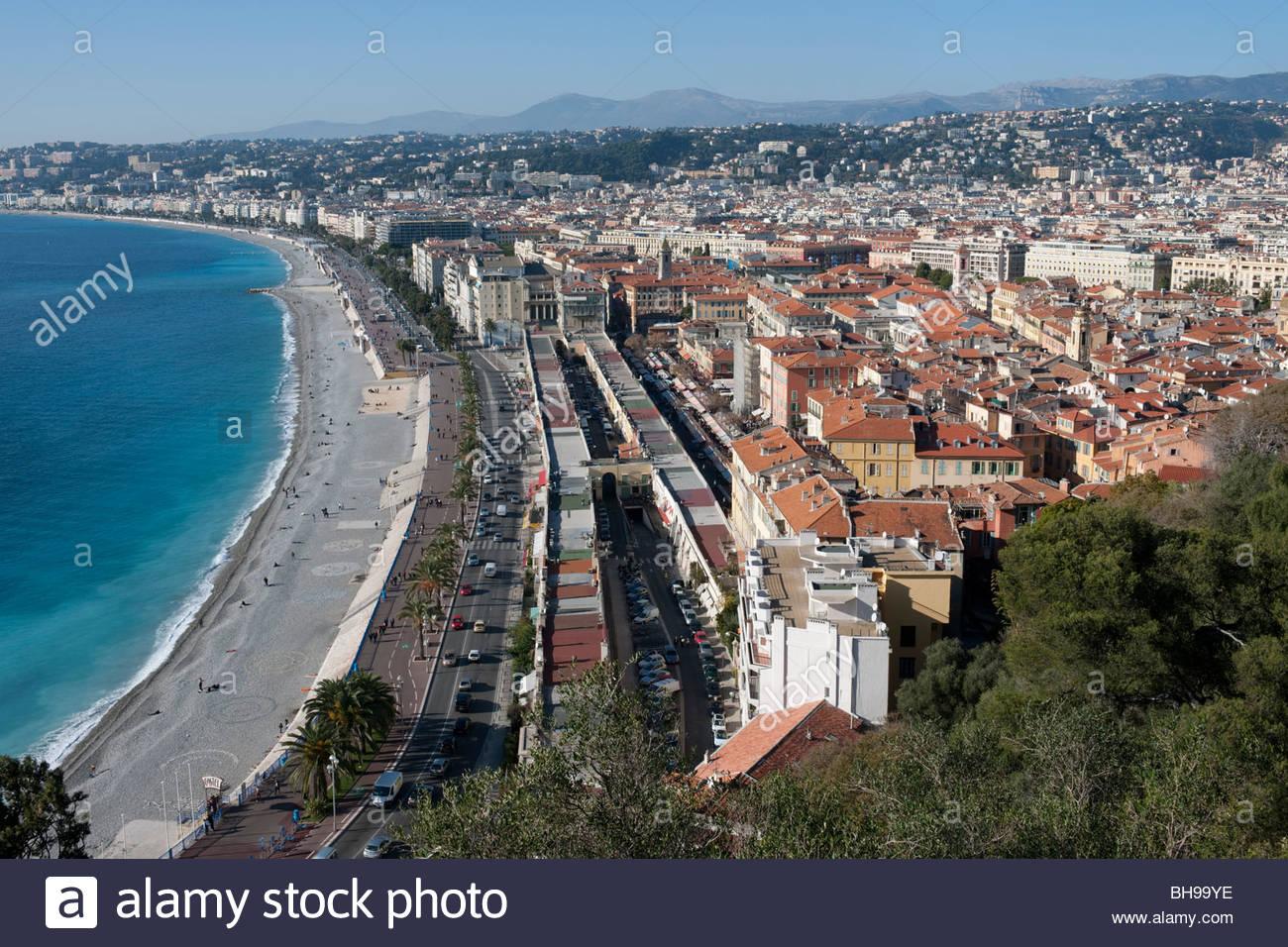 Promenade des Anglais, le Marche aux Fleurs, Baie des Anges e la città di Nizza dal Parc de Colline du Chateau Immagini Stock