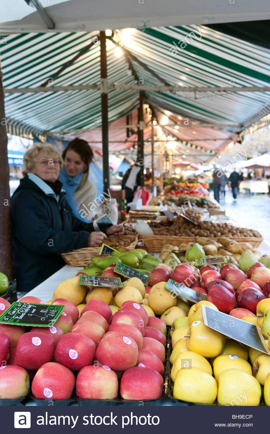 Frutta stand, stallo titolari di stallo, donne, mele e frutta, Marche aux Fleurs, alla città vecchia di Nizza, Immagini Stock