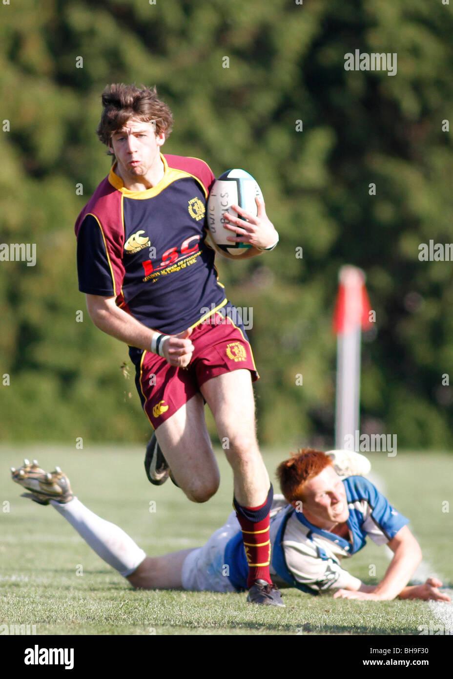 Un giocatore attaccante rompere evade la taglia del suo avversario durante una partita di rugby. Immagini Stock