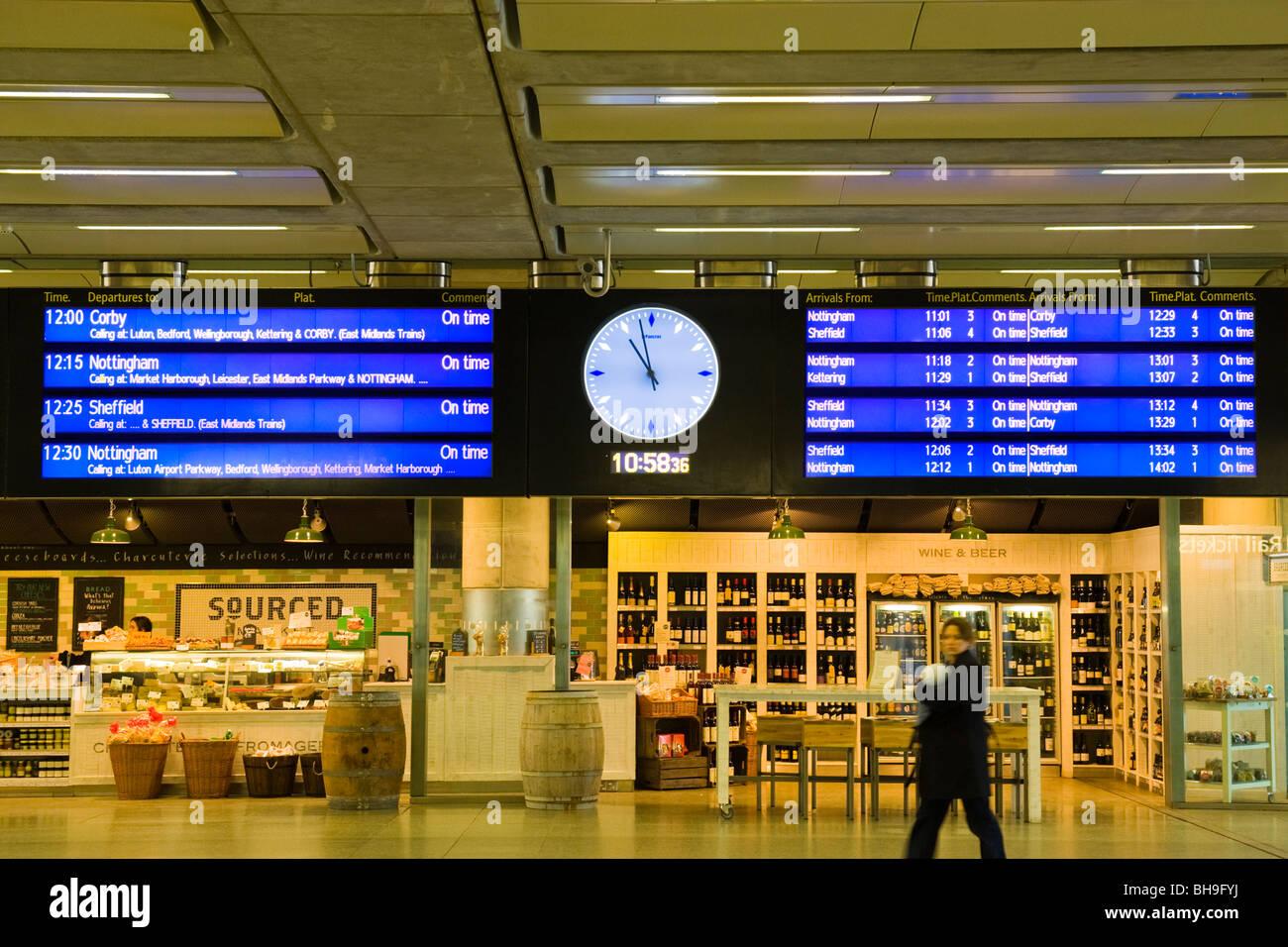 London St Pancras Station in partenza e arrivo volte bacheca o firmare con l'analogico e digitale orologi di Immagini Stock