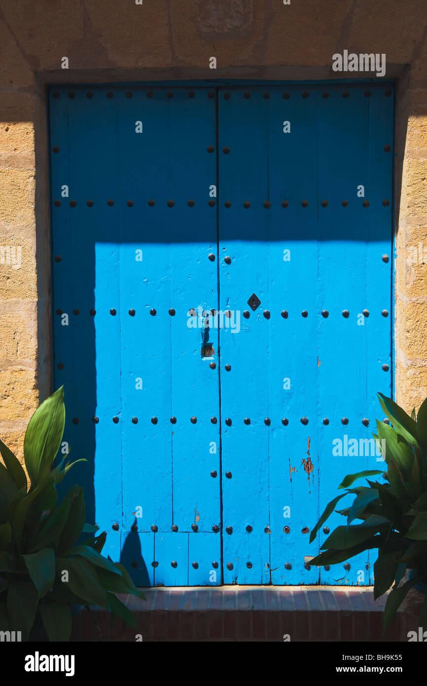 Vecchia porta blu a Marbella, Costa del Sol, provincia di Malaga, Spagna Immagini Stock
