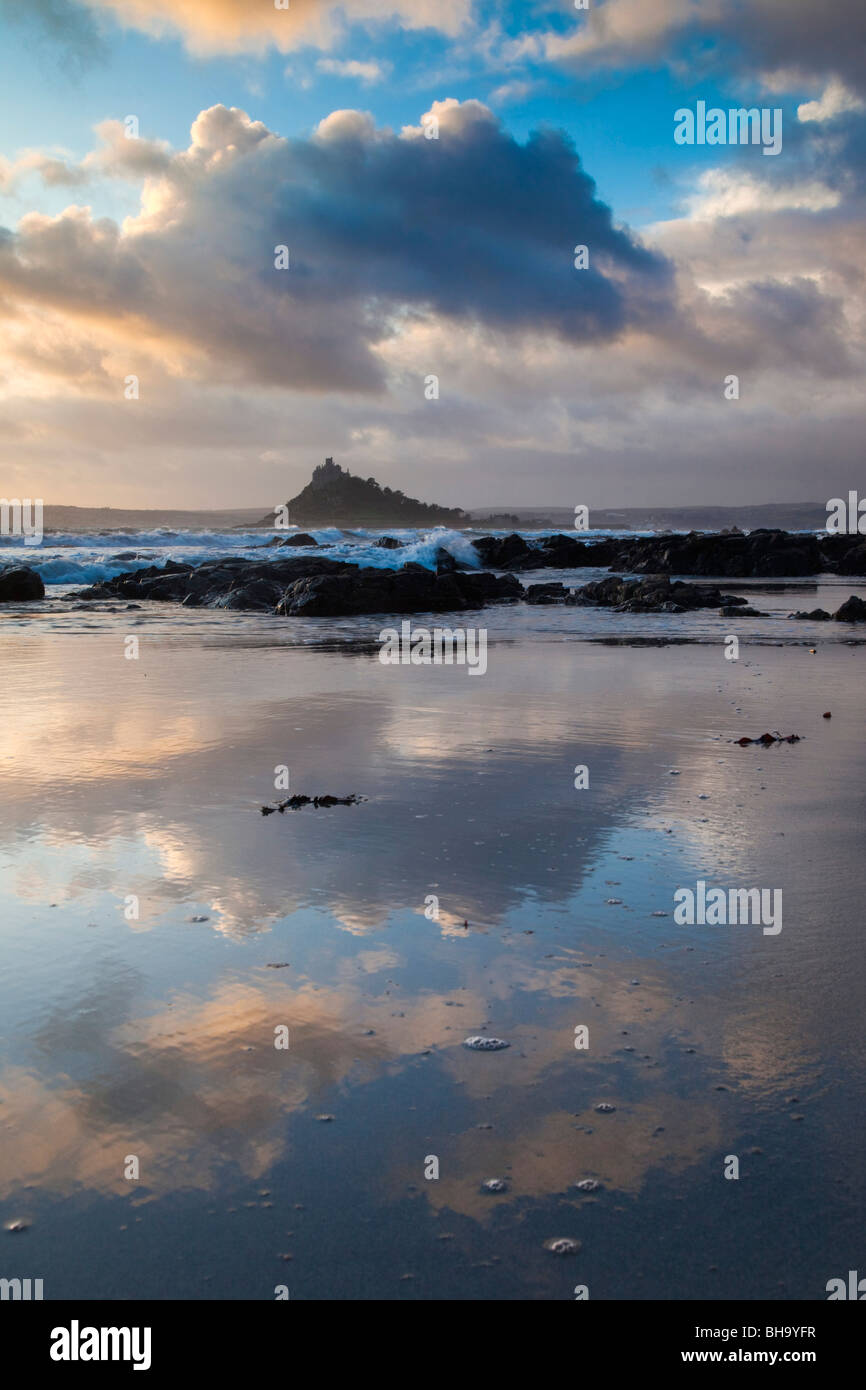 St Michael's Mount; da Trenow Cove; Cornovaglia Immagini Stock
