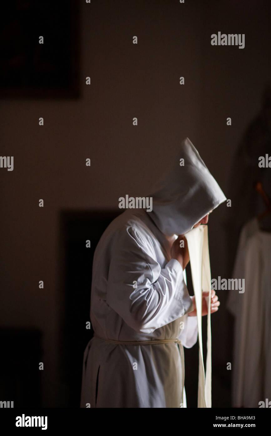 Il padre indossando la sua vestements presso San Eutizio Abbey, Preci, Umbria, Italia Immagini Stock