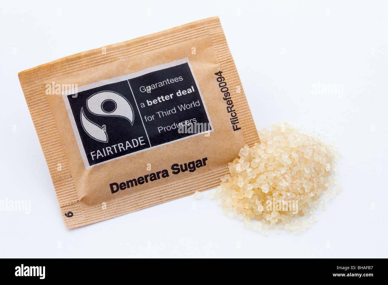 Regno Unito. Fairtrade brown di zucchero di canna grezzo Demerara pacchetto su sfondo bianco Immagini Stock
