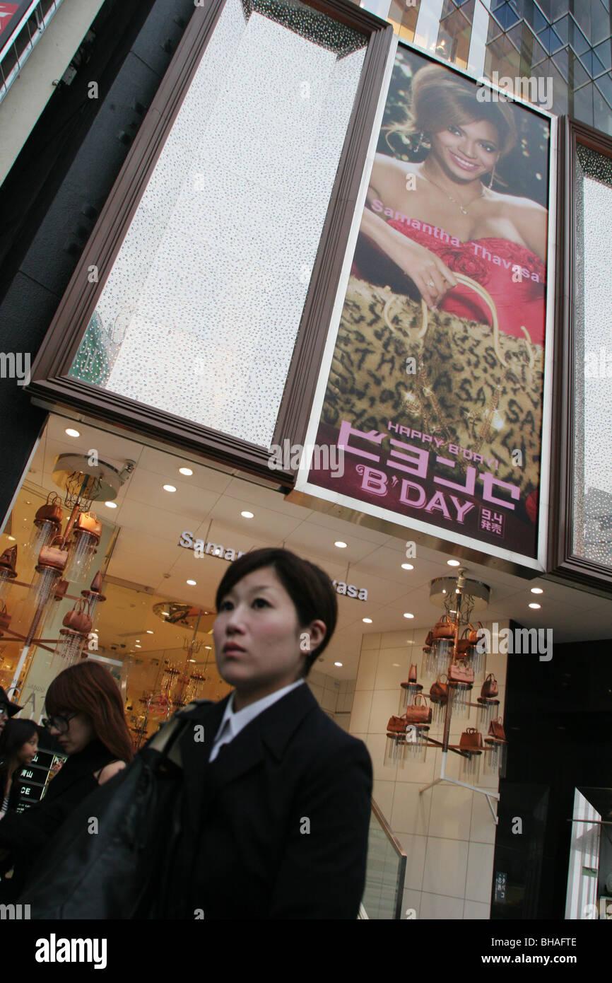 Pubblicità e prodotto approvazioni da parte di personaggi occidentali, a Tokyo, Giappone. Immagini Stock