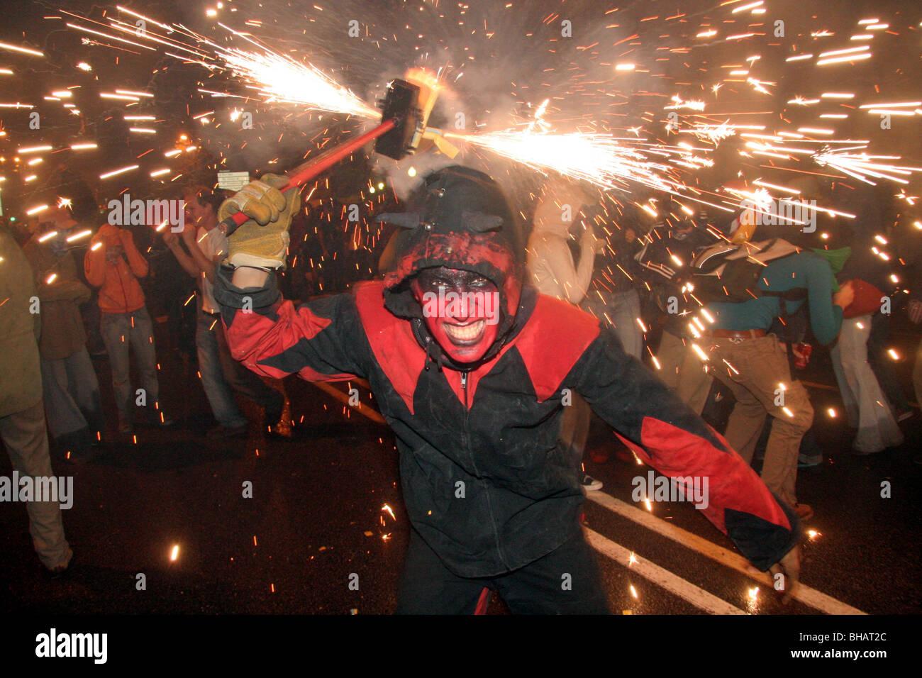 I diavoli e Sparkler Fireworks durante la merce festival di Barcellona, Spagna Immagini Stock