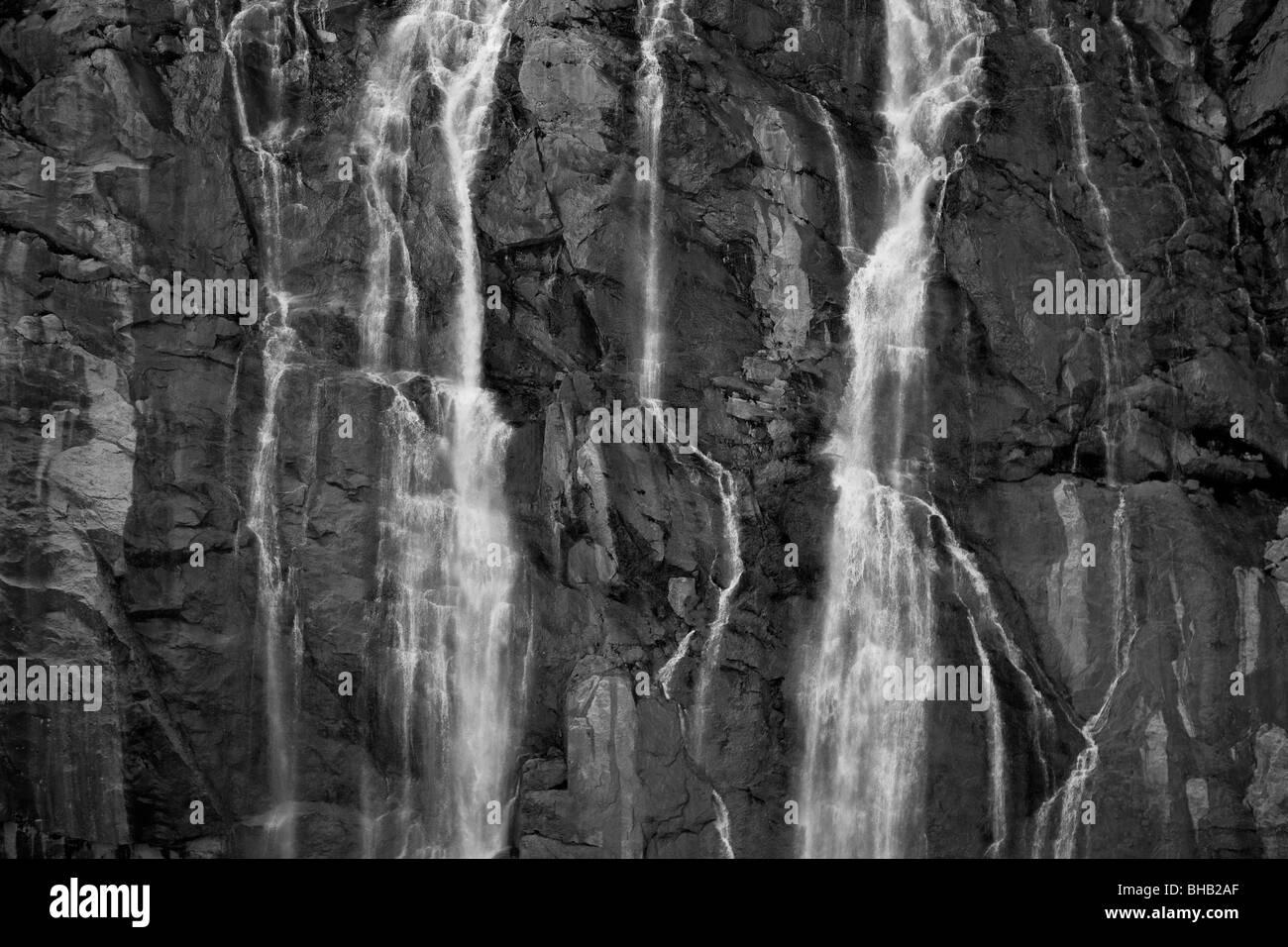 Una cascata precipita sulla roccia a strapiombo sul Juneau Campo di ghiaccio in Alaska sudorientale Immagini Stock