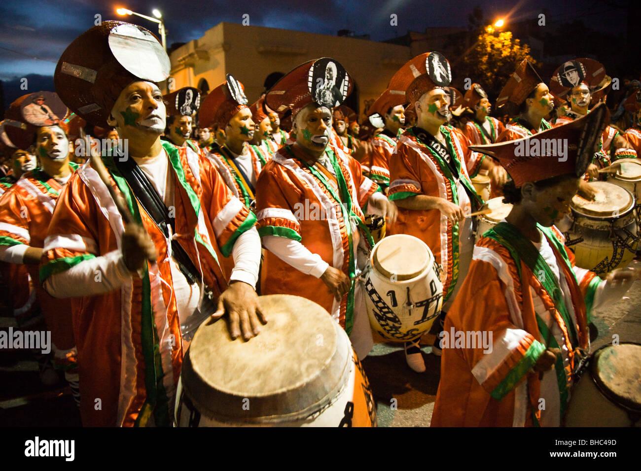 Una batteria tamburo esegue in parata di Llamadas durante il carnevale di Montevideo, Uruguay. Immagini Stock