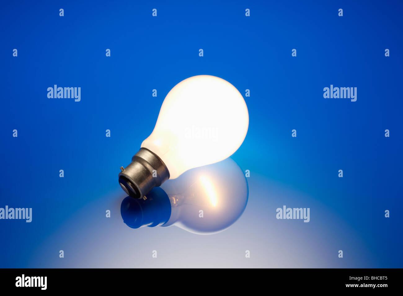 Lampadina standard illuminato Immagini Stock