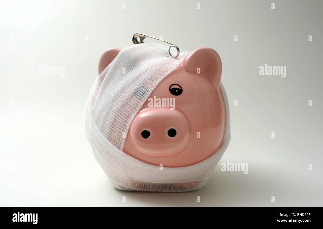 Bendato/feriti PIGGYBANK CON PERNO DI SICUREZZA RE finanziare prestiti CASSA RISPARMIO DI DENARO SALVADANAIO banche Immagini Stock