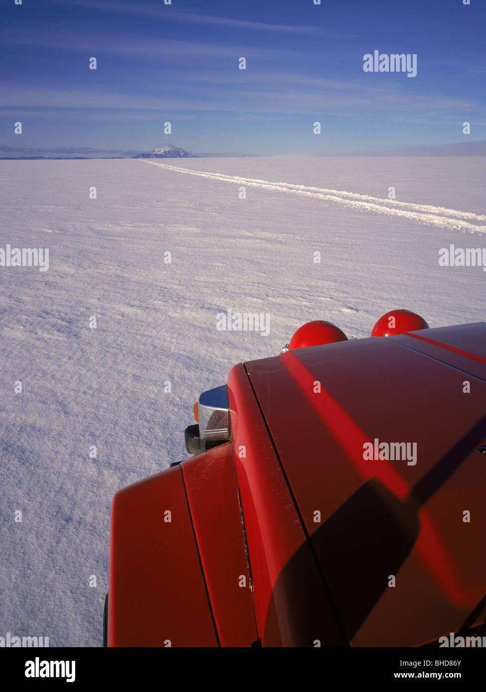 Il fuoristrada su Vatnajokull calotta di ghiaccio, Islanda Immagini Stock