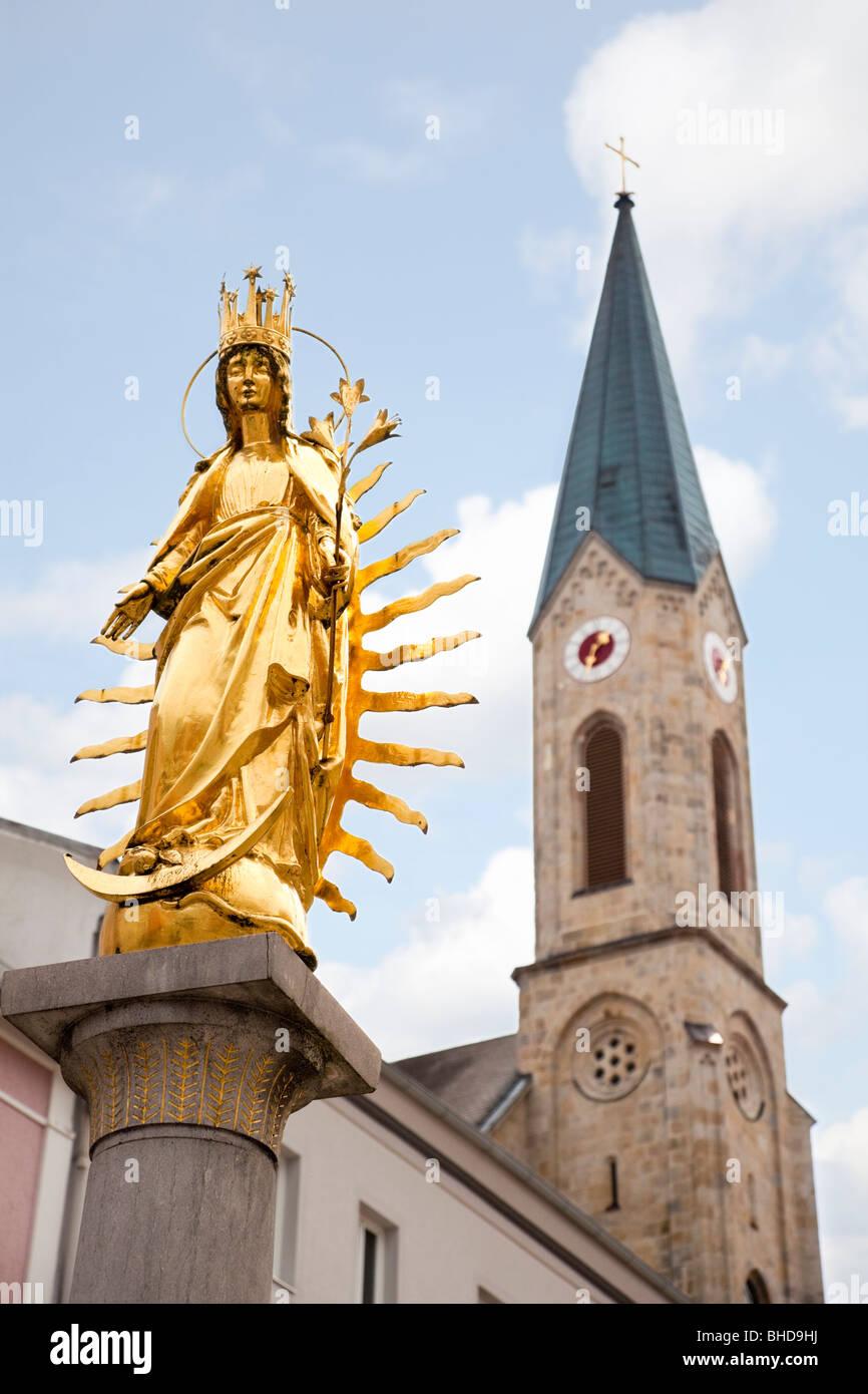 Colonna mariana e la Chiesa in Waldkirchen, Baviera, Germania, Europa Immagini Stock