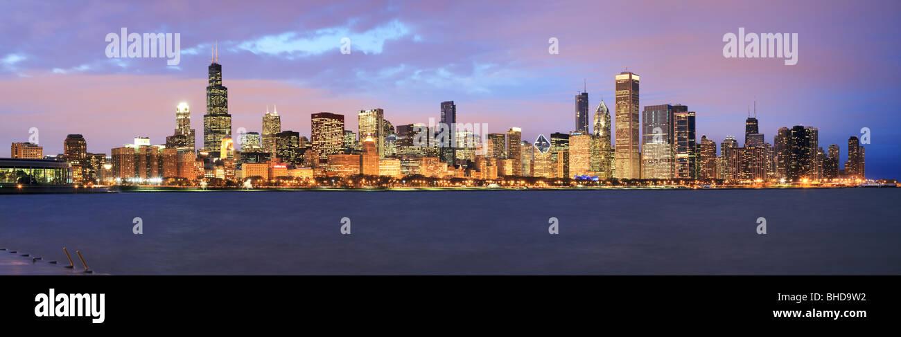 Sullo skyline di Chicago visto sul lago Michigan Immagini Stock