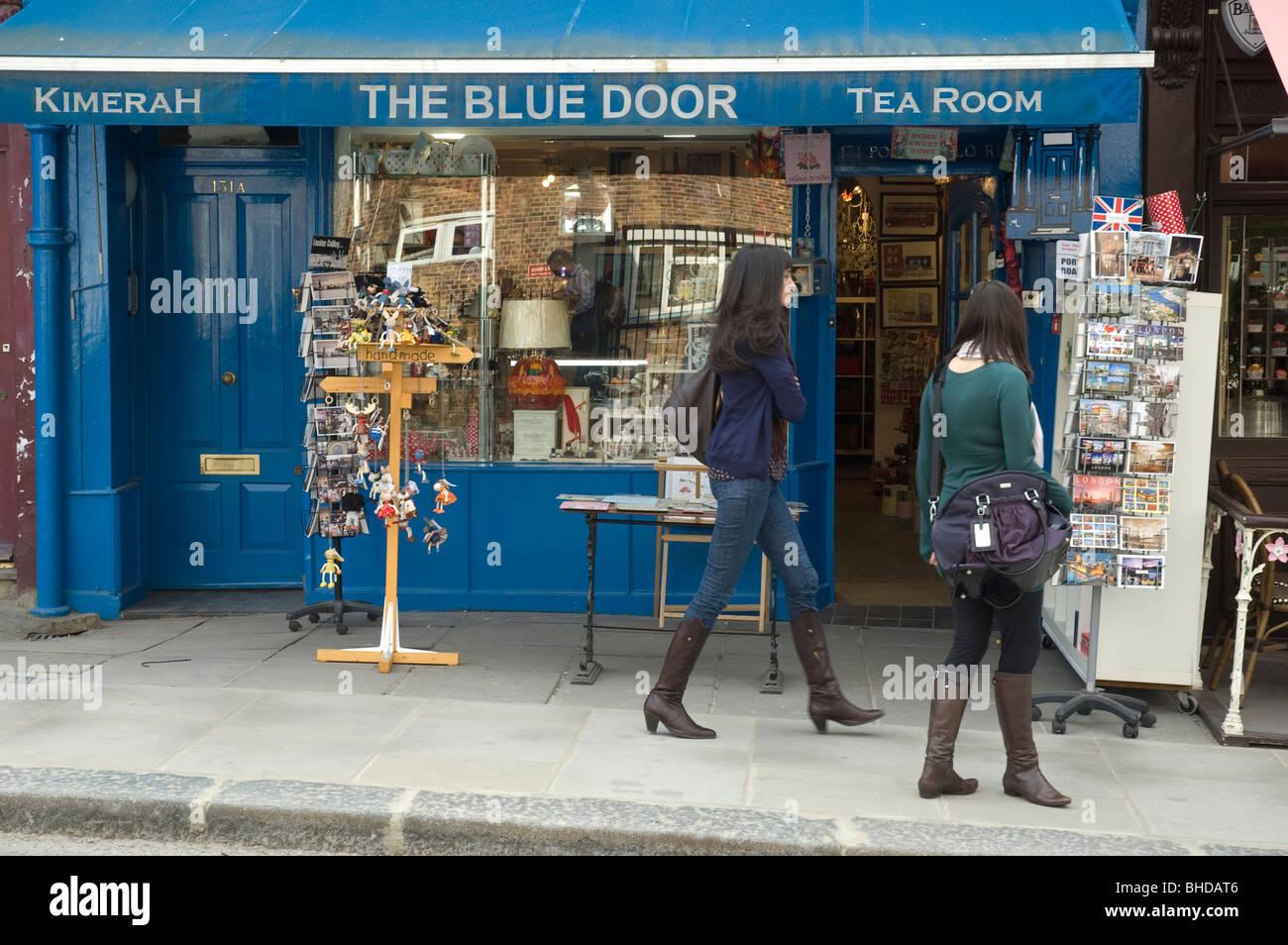 La porta blu - Un negozio e sala da tè con passaggio di acquirenti n Notting Hill Gate London REGNO UNITO Immagini Stock
