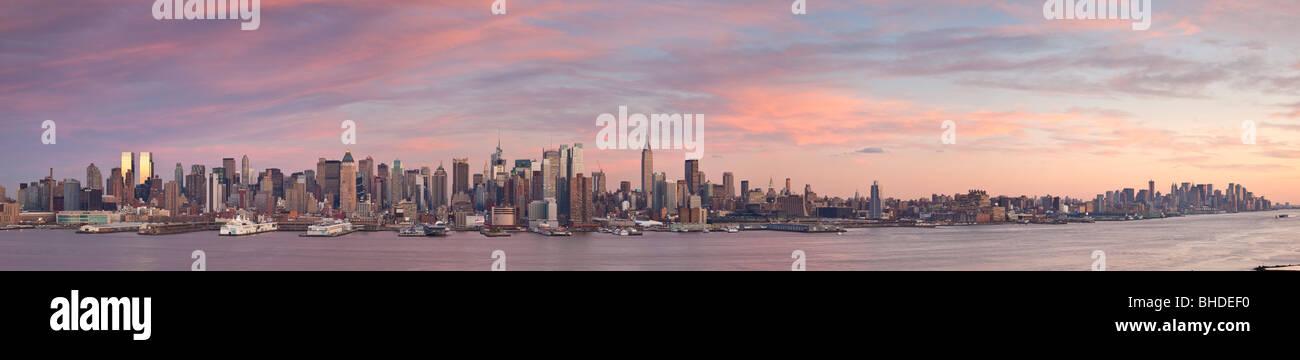 Skyline di New York vista al tramonto dal New Jersey Immagini Stock