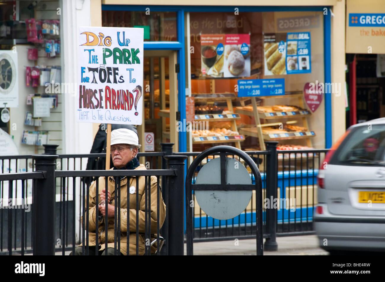 Un manifestante a Blackheath contro l'uso di Greenwich Park per le Olimpiadi del 2012 Immagini Stock