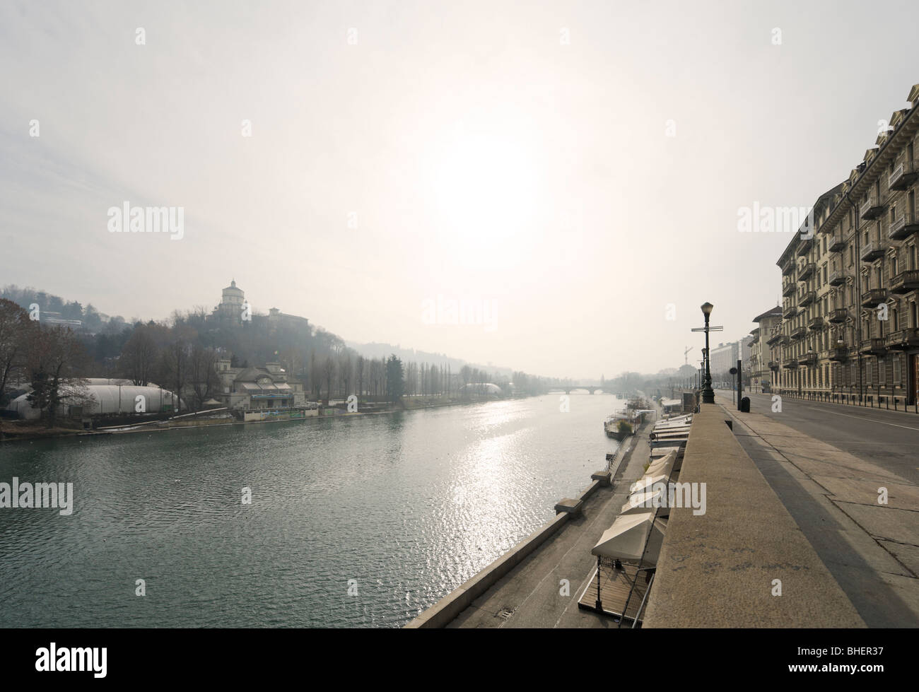 Il fiume Po da Lungopo Armando Diaz guardando verso il Ponte Umberto I, Torino, Piemonte, Italia Foto Stock