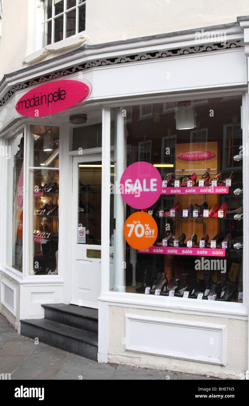Una Moda in Pelle negozio in una città del Regno Unito. Immagini Stock