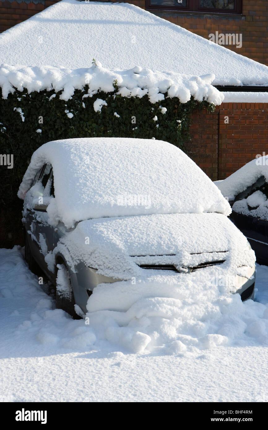 Coperta di neve auto. Surrey, Regno Unito Foto Stock