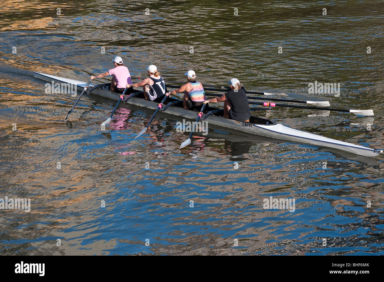 Un' womans fours rowing team training sul Fiume Yarra di Melbourne Immagini Stock